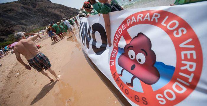 Las protestas por las microalgas y los vertidos llegan a las playas
