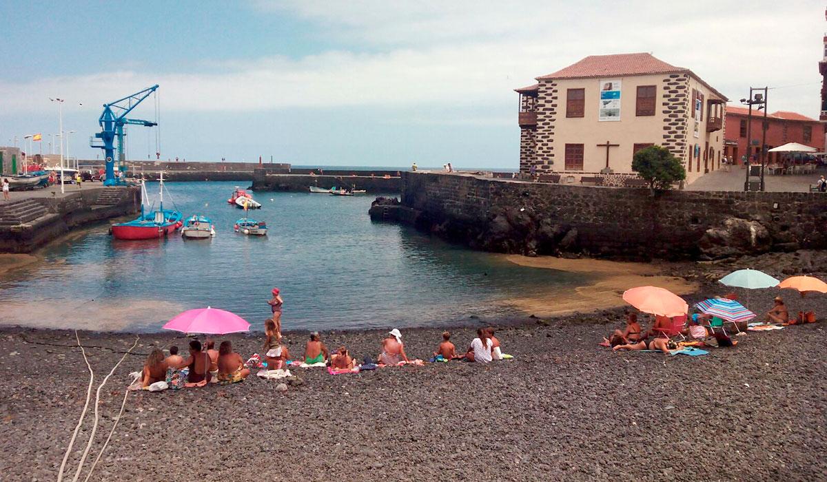 Las microalgas llegan al muelle de Puerto de la Cruz y la playa de Martiánez