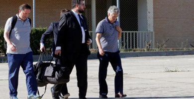 Ángel María Villar, derecha, y su hijo Gorka, izquierda, junto a sus abogados, a su salida de la cárcel madrileña de Soto del Real tras abonar las fianzas fijadas. Apo Caballero (MarcaMedia)