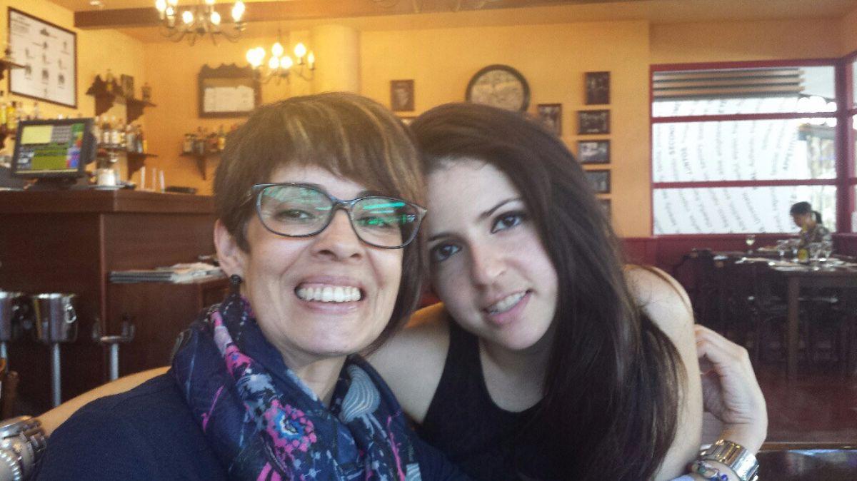 Belén, junto a su hija Gema, quien también padece una enfermedad rara, heredada de su madre. DA