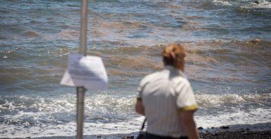 Punto del litoral tinerfeño con manchas de microorganismos, y donde Sanidad recomienda no bañarse. En el recuadro, Gustavo Matos (PSOE). A. G. / F. P.