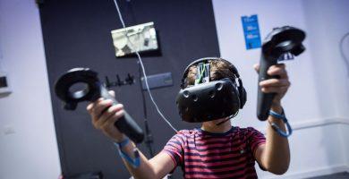Un joven canario prueba uno de los videojuegos de realidad virtual. Andrés Gutiérrez