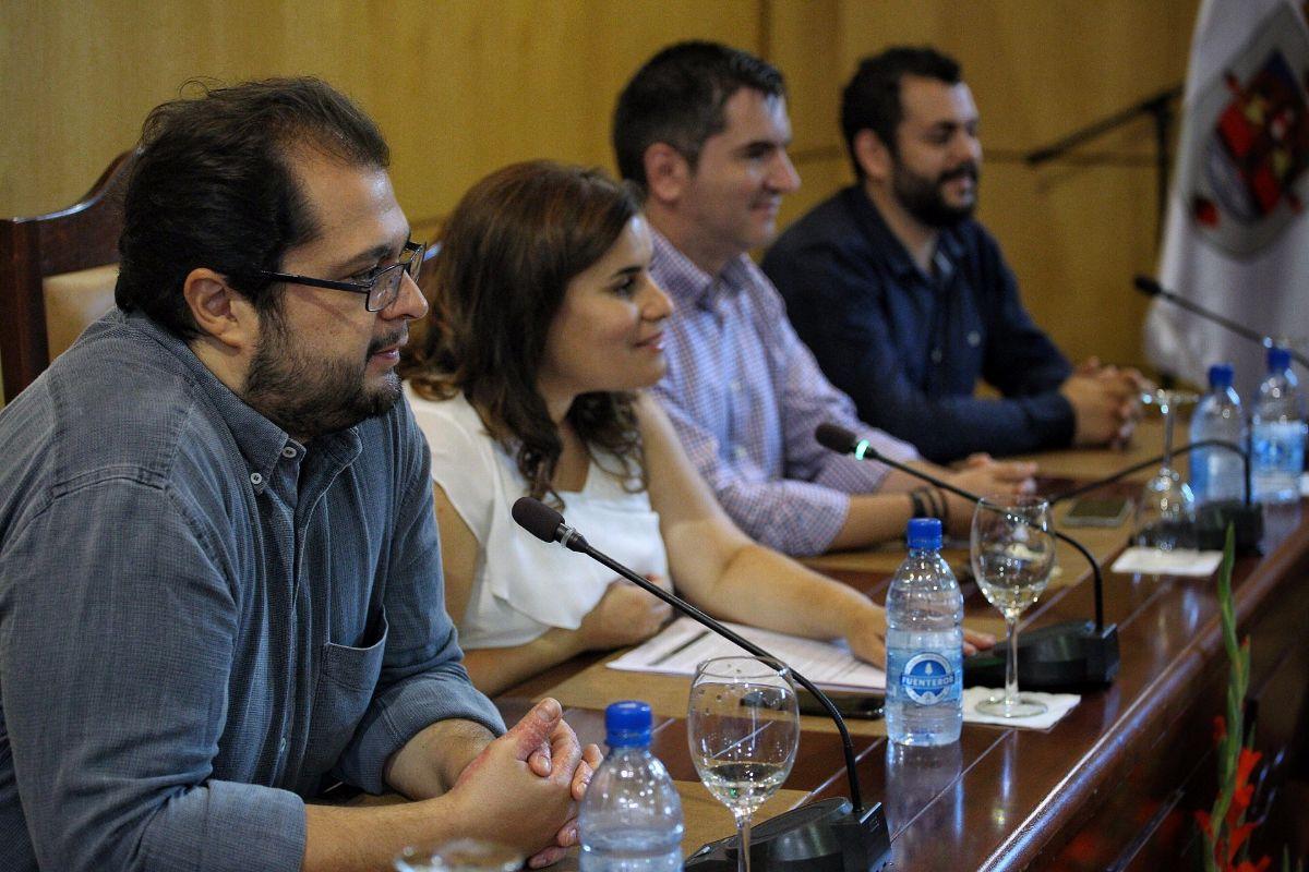 El tenor Celso Albelo, en primer plano, junto a la alcaldesa de Candelaria, durante la presentación, ayer. DA