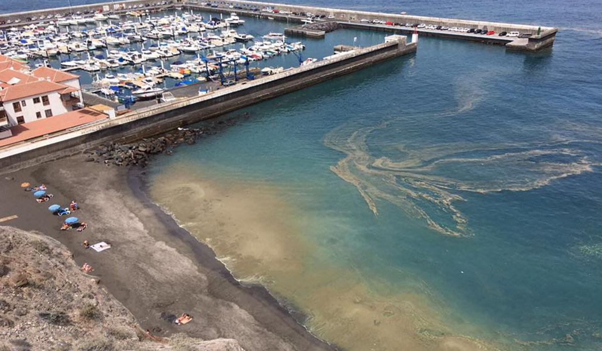 Manchas de cianobacterias en la costa de Santiago del Teide, en una imagen captada a finales de julio. DA
