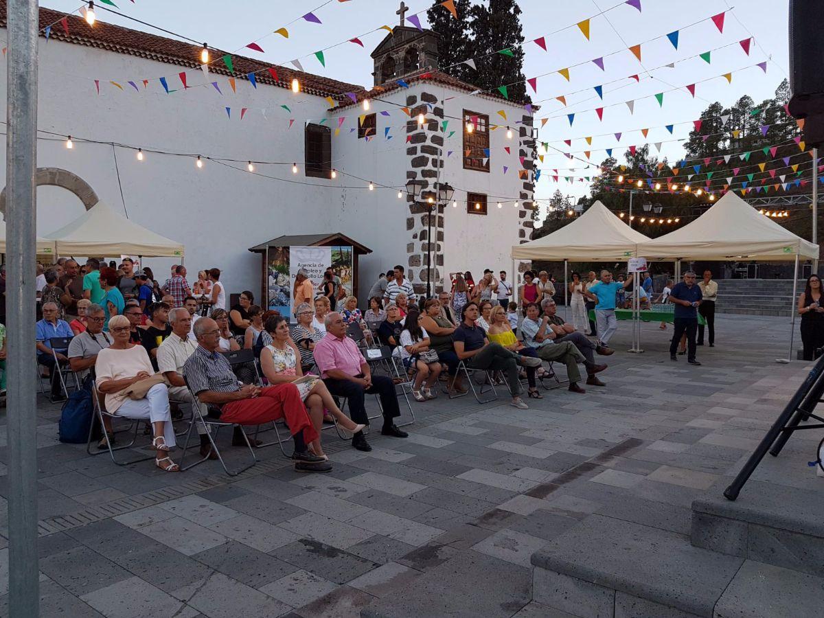El acto se celebró en la plaza de San Pedro y asistieron visitantes de otros municipios y turistas. DA