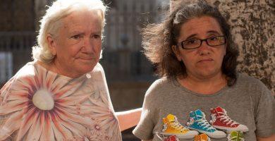 La PAH recauda fondos para que Carmen y Juani se reúnan con su familia