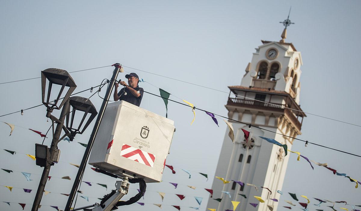 Los primeros devotos, de todas las edades, han ido llegando a lo largo del fin de semana, mientras que los operarios municipales daban los últimos retoques al entorno de la plaza. Andrés Gutiérrez