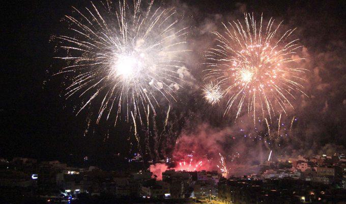 La Noche de Fuegos volvió a encender el mar y el cielo de Alcalá