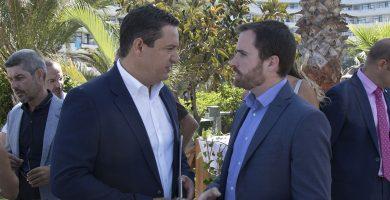 José Julián Mena, ayer en Playa de Las Américas, junto al nuevo consejero de Turismo, Isaac Castellano. DA
