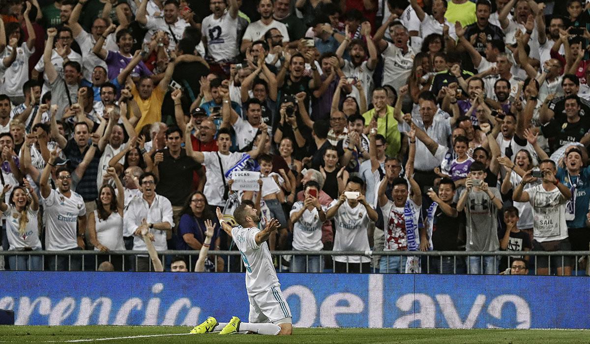 Karim Benzema celebra el tanto logrado ayer, el segundo en la cuenta del conjunto madridista, junto a la afición merengue. Gonzalo Arroyo