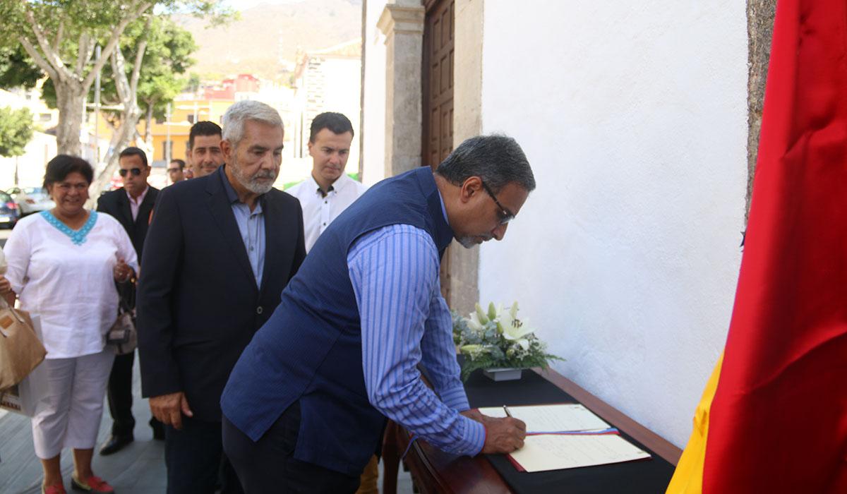El embajador de la India mostró su pesar por los atentados de Cataluña y firmó en el libro de condolencias. DA