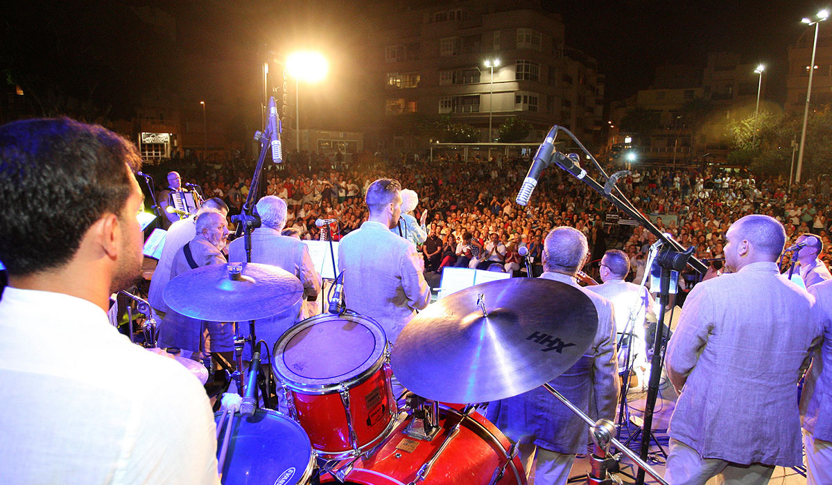 El público que se congregó en la plaza de El Médano lo pasó en grande con las actuaciones de La Parranda y María Mérida. DA