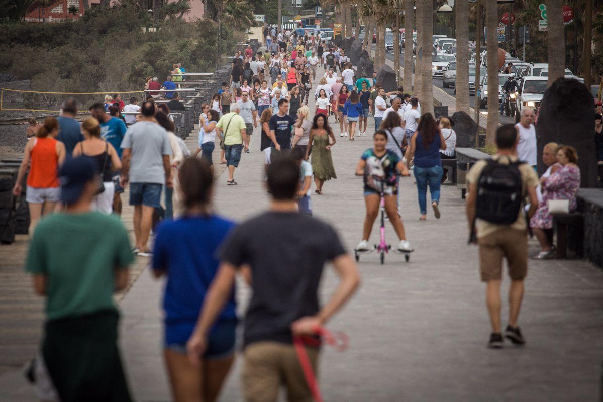 Tras la celebración de las Fiestas de Candelaria, el municipio recupera su latido veraniego habitual; en la imagen, el paseo de Punta Larga, ayer. Andrés Gutiérrez