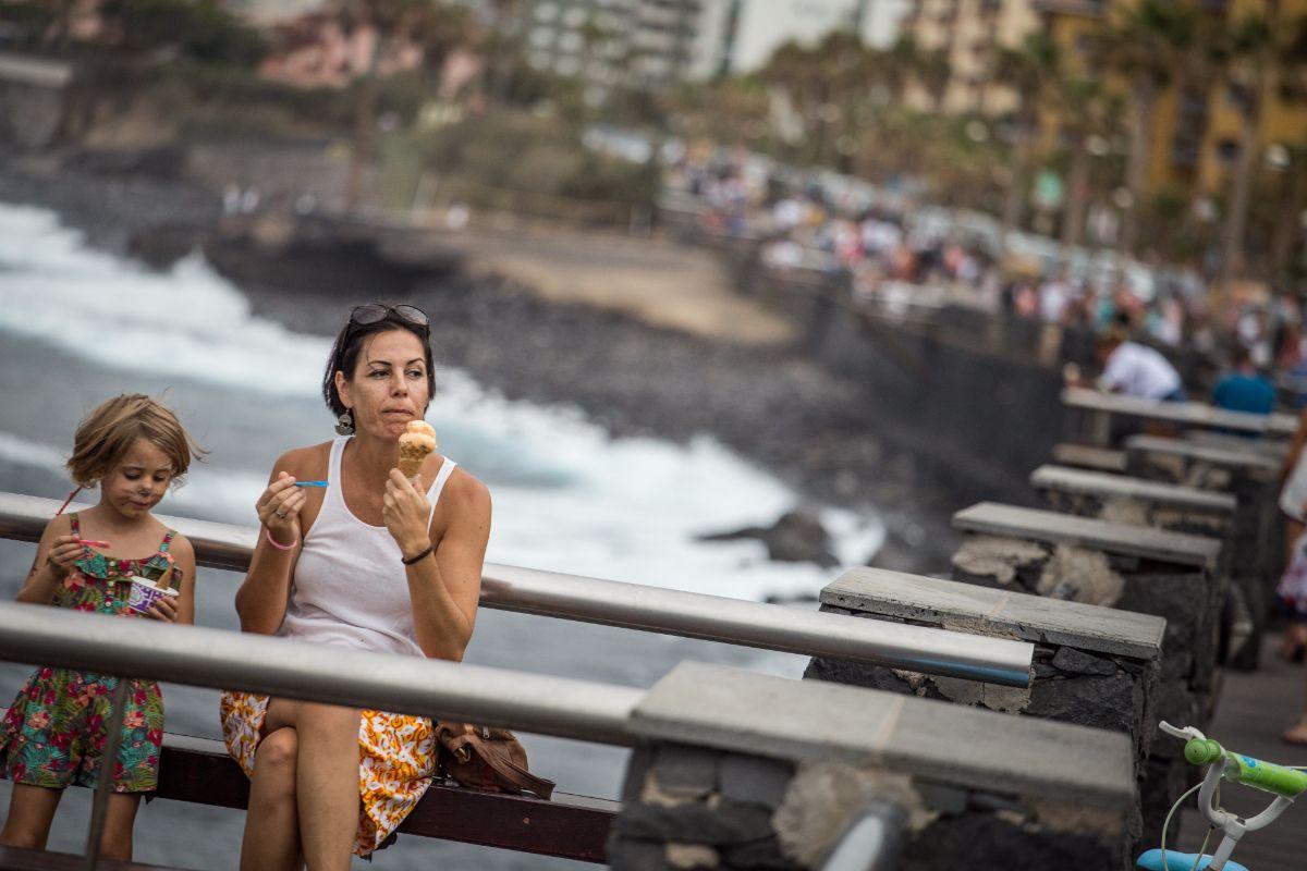 El helado a media tarde en uno de los palcos de la avenida es una de las imágenes más frecuentes. Andrés Gutiérrez