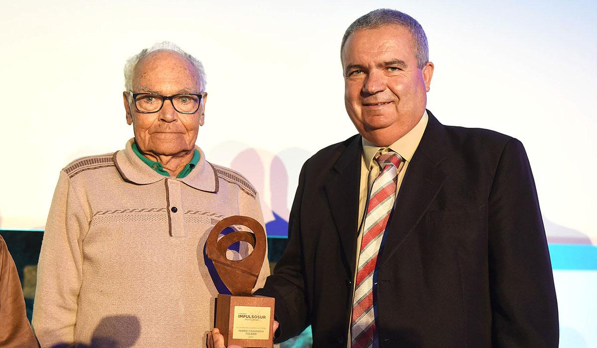 Isidro Casanova, el 30 de junio, recibiendo el Premio Impulso Sur del DIARIO de manos del alcalde de San Miguel. S. M.