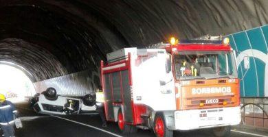 Herido leve tras volcar con su vehículo en un túnel en La Palma