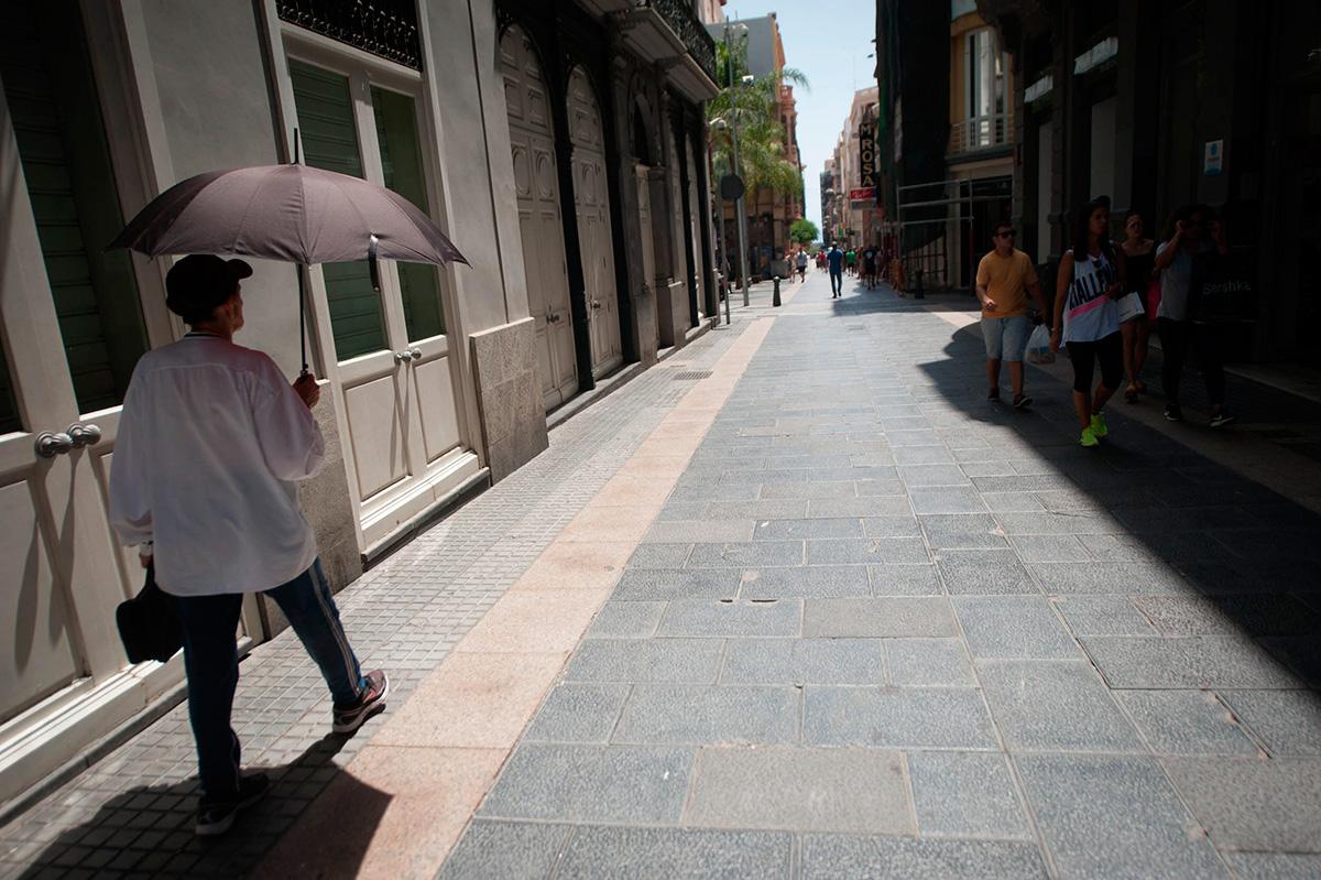 Los paraguas sirvieron para combatir los rayos de sol. FRAN PALLERO