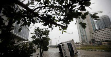 Una furgoneta volcada en Florida. El Español