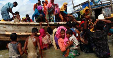Los rohingyás bajan del barco tras cruzar la frontera