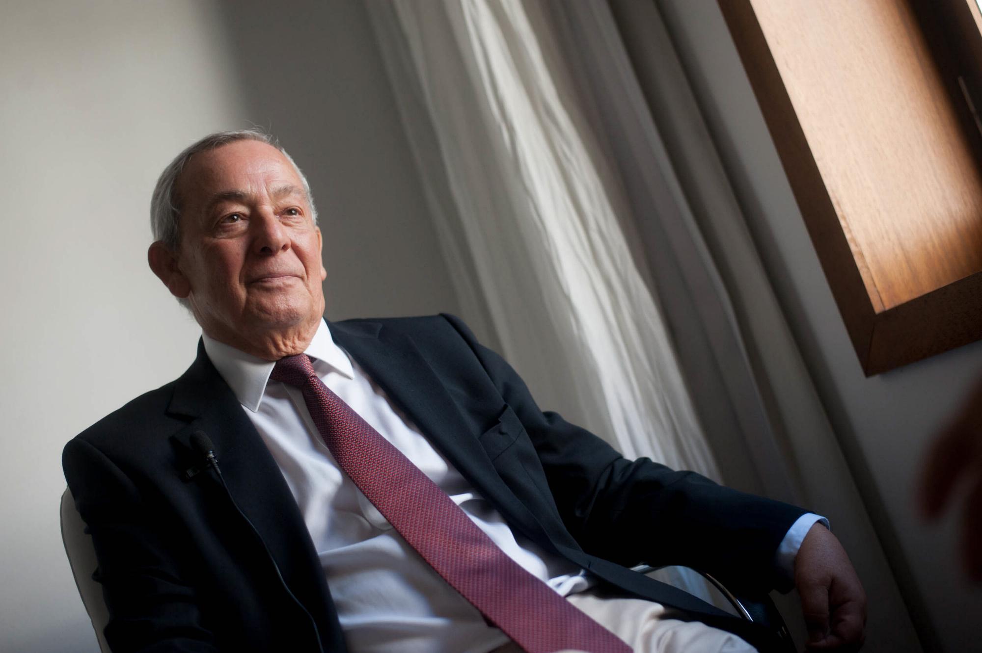 El exministro Carlos Solchaga, durante la entrevista en el Iberostar Grand Hotel Mencey. / FRAN PALLERO