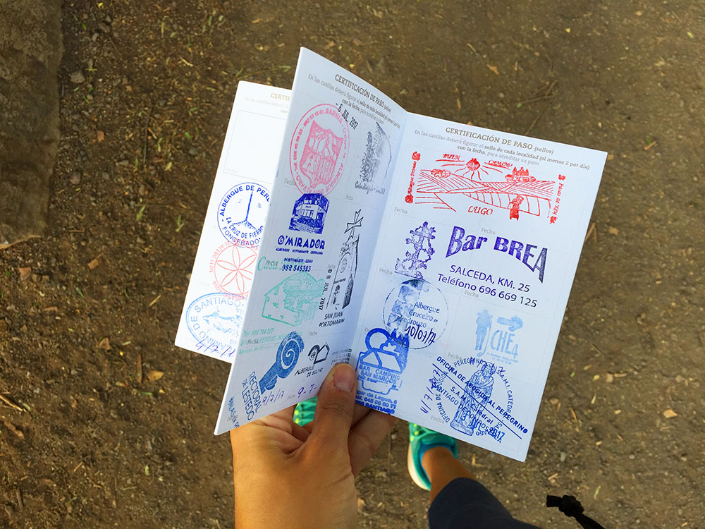 Credencial del peregrino sellada durante el Camino Francés :: Albergues del Camino de Santiago