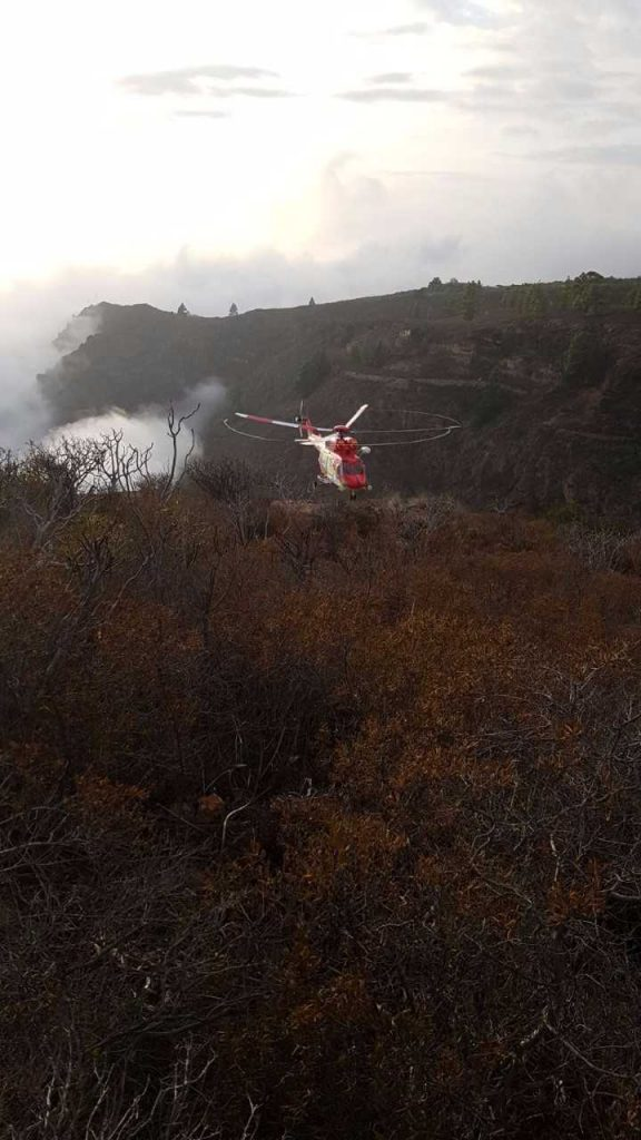 Helicóptero rescata a dos parapentistas