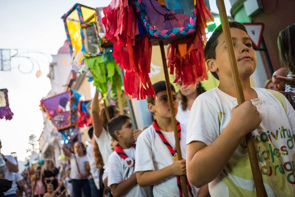 Gigantes, cabezudos y fanfarrias acompañaron ayer por las calles del casco lagunero el tradicional desfile de los niños, que portaban                      farolillos o caballitos. ANDRÉS GUTIÉRREZ
