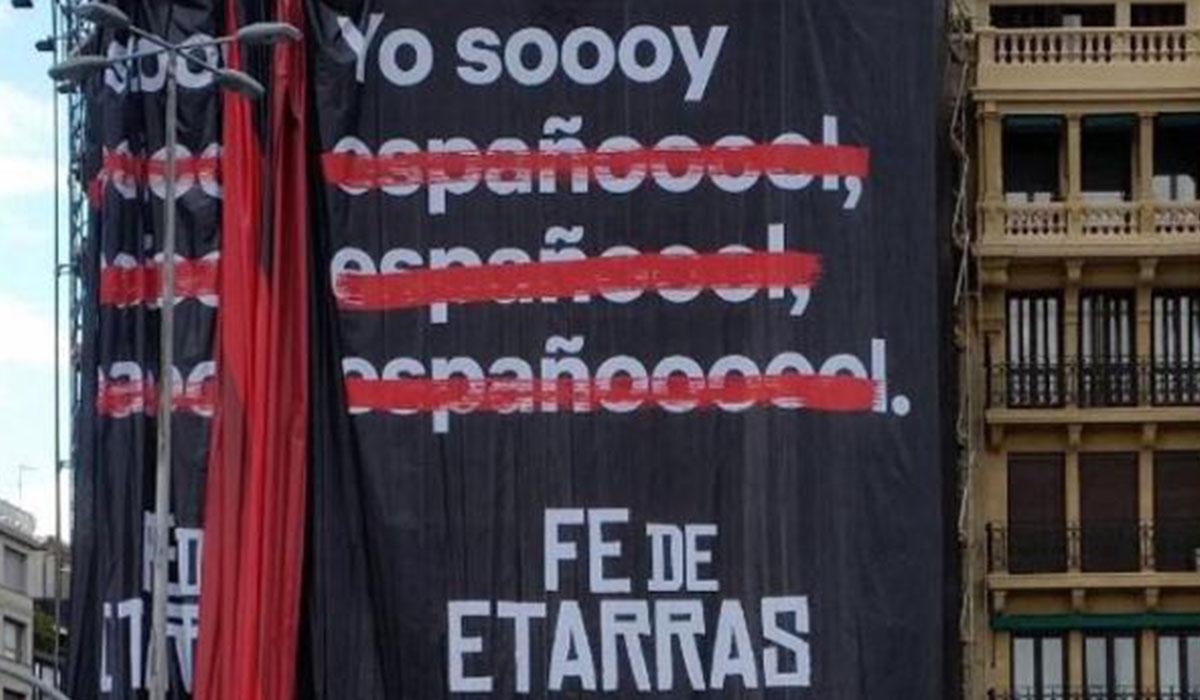 La pancarta con el anuncio de Fe de etarras en San Sebastián. Twitter
