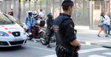 Efectivos del cuerpo de Mossos d'Esquadra patrullan los alrededores de la Sagrada Familia