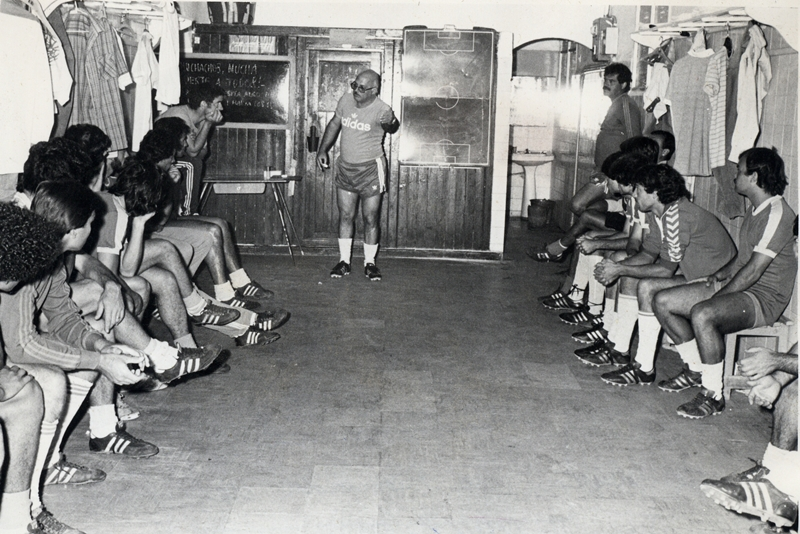 José María Ramos se dirige a sus jugadores en el vestuario durante un encuentro de la temporada 1981/1982, con el conjunto blanquiazul en Segunda División B. Diario de Avisos