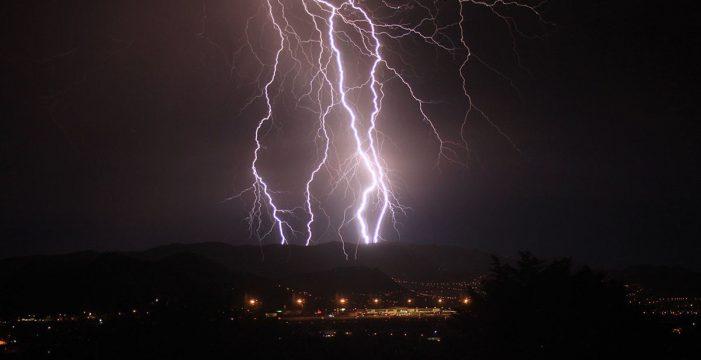 Una tormenta de rayos y truenos despierta este viernes a Tenerife