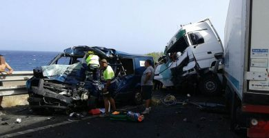 Dos fallecidos y un herido en la brutal colisión de un camión y varios coches en la TF-1