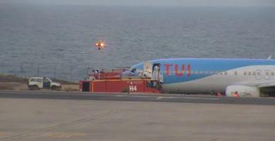 Un avión bloquea la pista de Fuerteventura al reventar dos ruedas al despegar