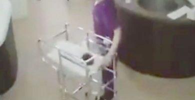 Una enfermera tira accidentalmente a un recién nacido al suelo