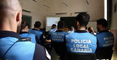 Agentes de la Policía Local de Santa Cruz de Tenerife en una de las sesiones de formación. DA