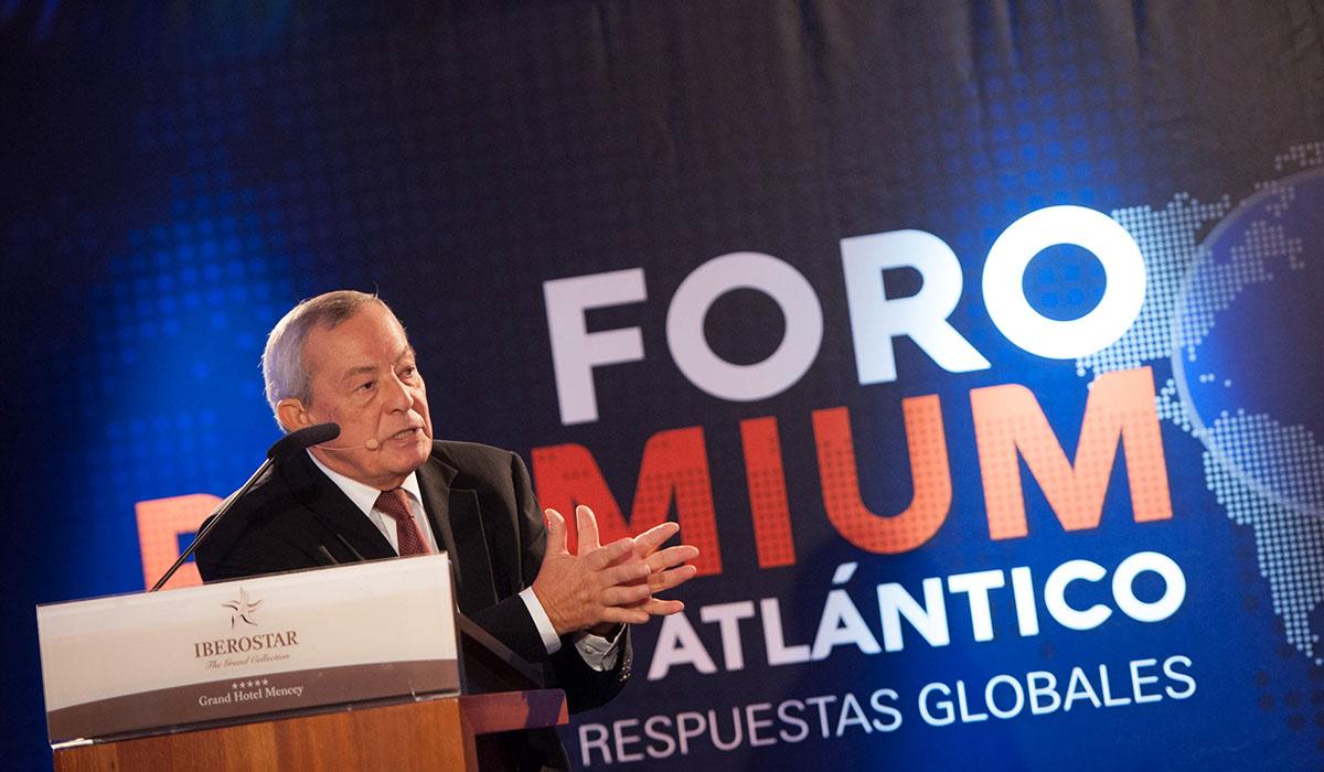 El exministro socialista Carlos Solchaga, ayer, durante su intervención en una nueva edición del Foro Premium del Atlántico, que organiza la Fundación DIARIO DE AVISOS. Fran Pallero