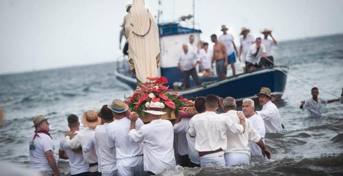 Clamor y fervor en la romería barquera
