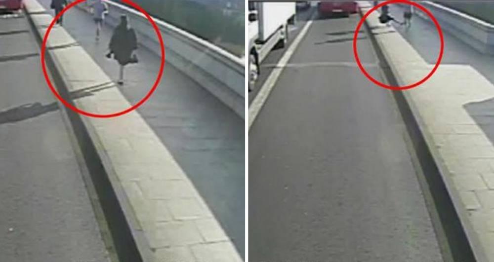 Un runner empuja a la carretera a una mujer en el Puente de Londres | YOUTUBE