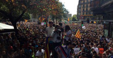 La Justicia frena el reto secesionista y el Estado envía desde Tenerife a 100 policías nacionales y guardias civiles