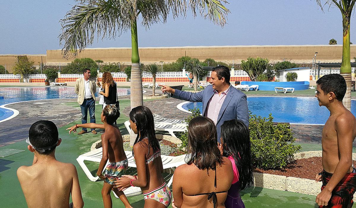 Varios niños se divierten con las actividades en la piscina durante la jornada de ayer, junto al alcalde de Arona, José Julián Mena. DA
