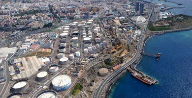 Panorámica de Santa Cruz de Tenerife, con las instalaciones de la Refinería en primer término. M. P.