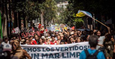 Gente harta de la contaminación  marina toma las calles de Santa Cruz