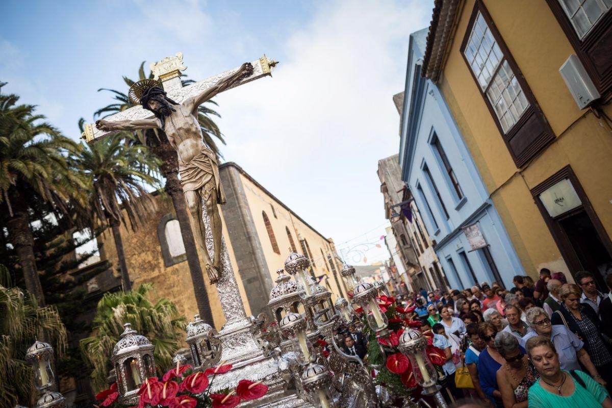 La sagrada imagen se trasladó ayer en procesión desde la iglesia de los Dolores a la catedral. Andrés Gutiérrez