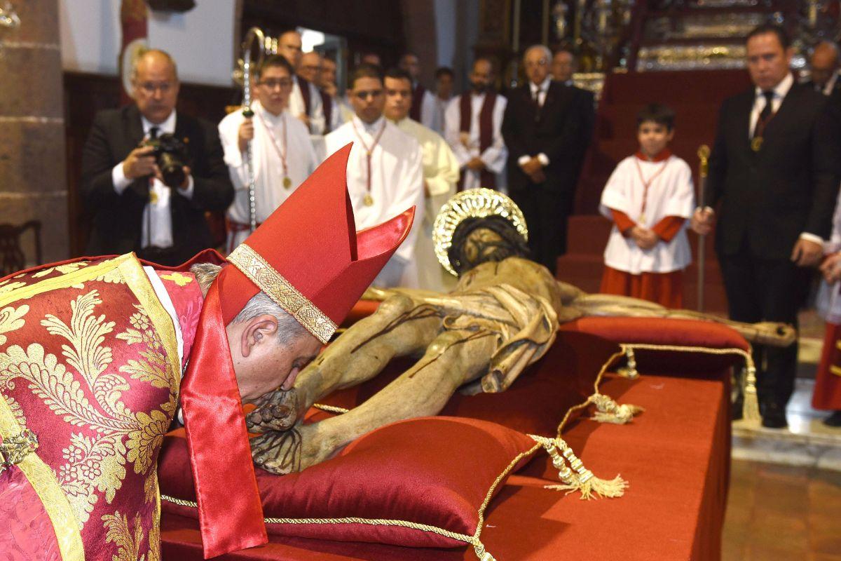 El obispo en la ceremonia del Besapié. S. M.
