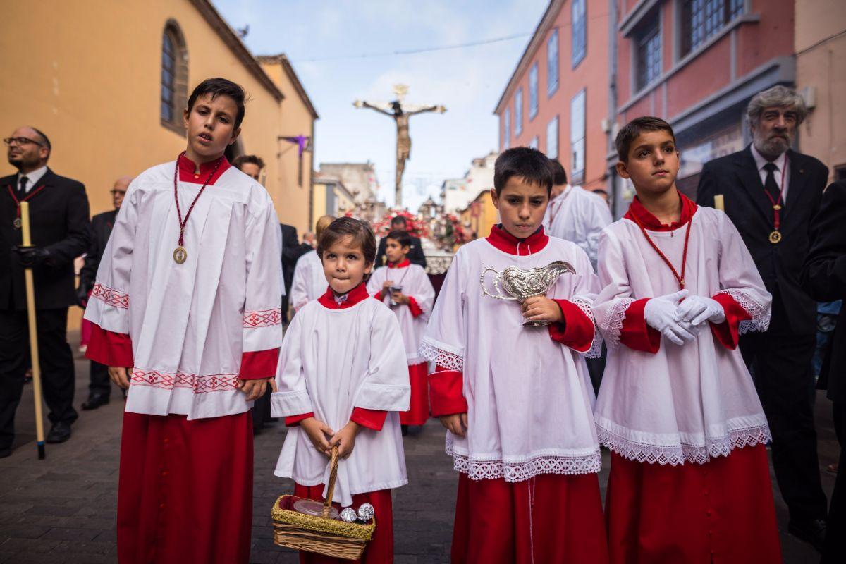 Monaguillos en la procesión de ayer por la tarde. A. G.
