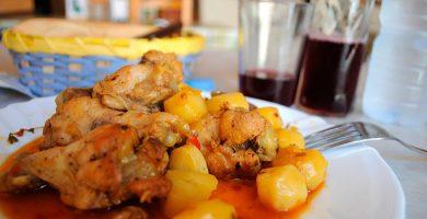 El vino de elaboración propia y unos pocos platos de cocina casera son la base esencial del auténtico guachinche. M. P.