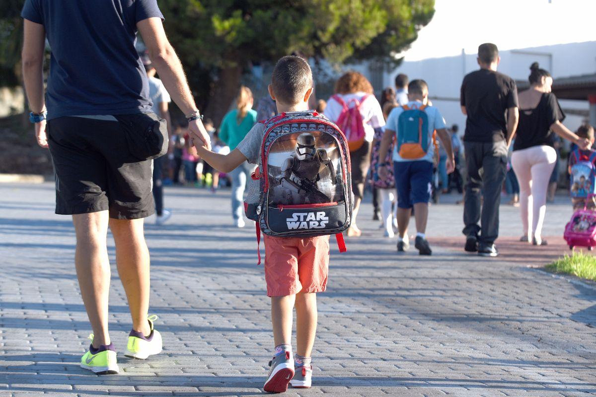 La imagen más repetida hoy a las puertas                  de los centros será la de los niños en la vuelta a la rutina escolar. Sergio Méndez