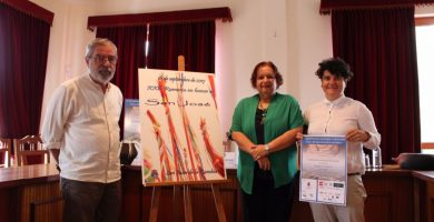 Fidela Velázquez y Priscila Díaz presentaron el cartel de este año, obra del fotógrafo Ángel Hernández. DA