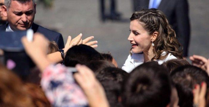 La reina Letizia vuelve al cole en el CEIP de San Matías, en Taco