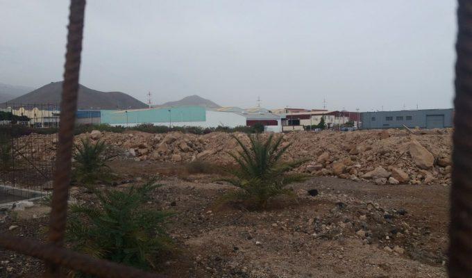 Denuncian vertidos de escombros en una zona verde de Las Chafiras